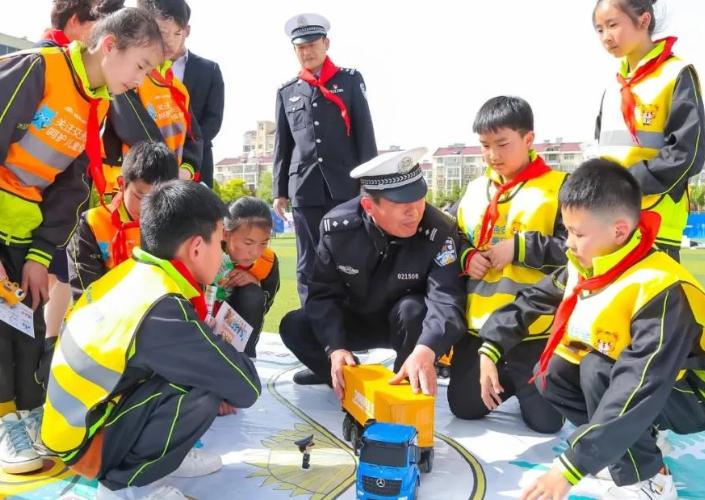 宇通壹哪个平台有易胜博儿童交通安全怎么注册易胜博行,让孩子学会自己打伞